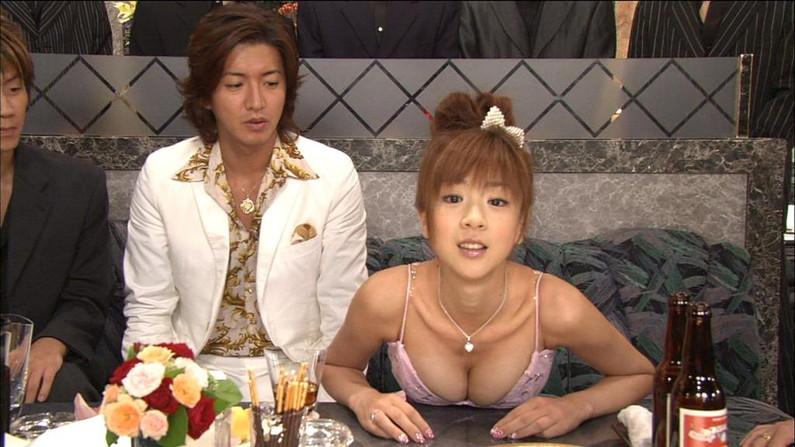 【胸ちらキャプ画像】最近のテレビではオッパイは見せる物だと考えてるタレント達ww 03