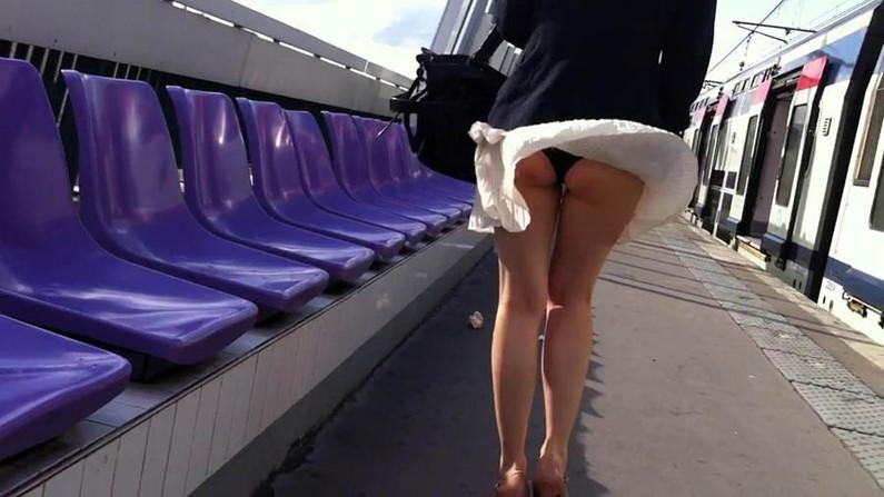 【パンチラキャプ画像】風吹くところにパンチラあり!見事にスカートめくれ上がっちゃてますw 22