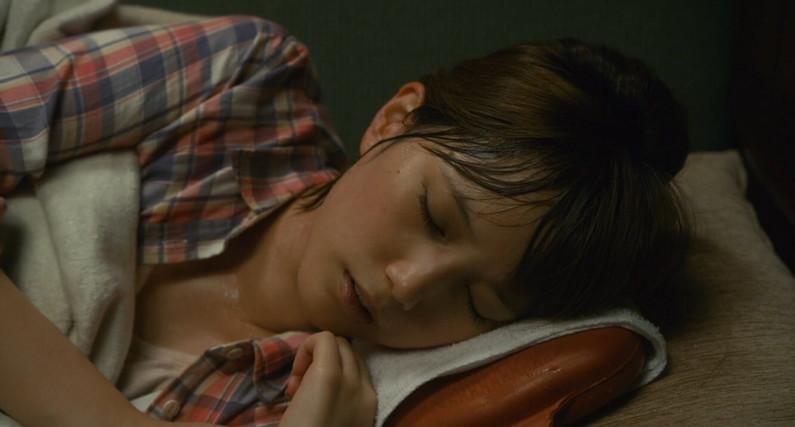 【寝顔キャプ画像】こんな可愛い寝顔した美女が隣にで寝てくれてたら癒されるだろうなぁw 20