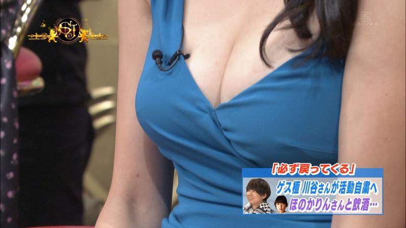 【胸ちらキャプ画像】胸元ユルユルですぐにオッパイ見えちゃってるタレント達! 09