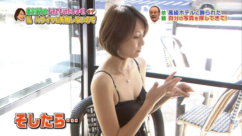 【胸ちらキャプ画像】胸元ユルユルですぐにオッパイ見えちゃってるタレント達! 15