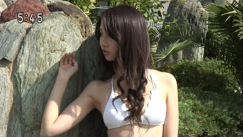 【水着キャプ画像】テレビに映ってた巨乳美女の水着や下着姿って半分以上はオッパイ出てるよなww 06