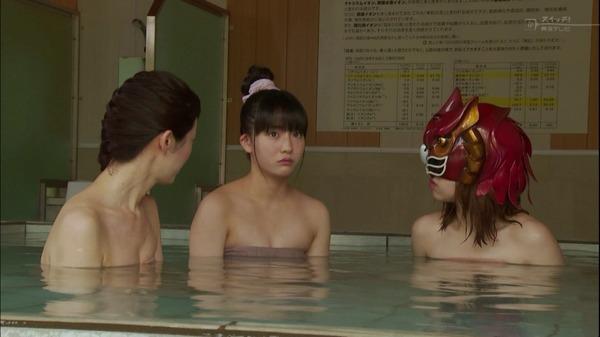 【お宝画像】テレビでバスタオル一枚しか身にまとってない女達! 17
