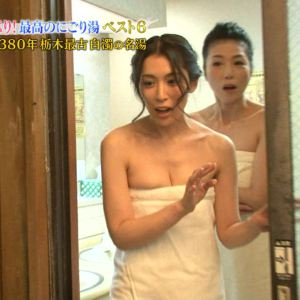 【お宝画像】テレビでバスタオル一枚しか身にまとってない女達! 19