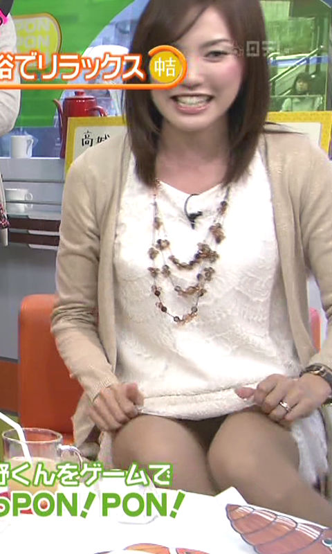 【パンチラキャプ画像】スカートの中身が丸見えになってもお構いなしのタレントさん達w 14