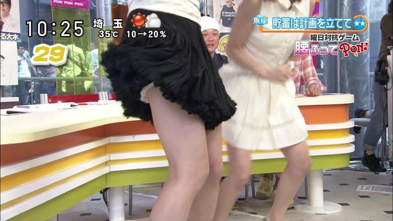 【パンチラキャプ画像】スカートの中身が丸見えになってもお構いなしのタレントさん達w 15