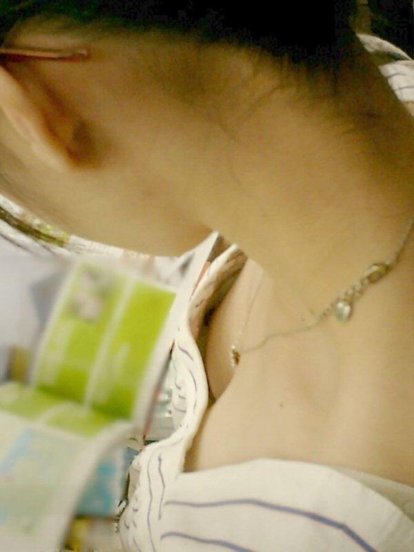 【ポロリ画像】素人がブラジャーの隙間から乳首コンニチハしてるもんだから思わずパシャリ!ww 07