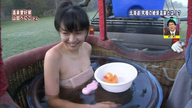 【温泉キャプ画像】ポロリ率高めな温泉レポ!巨乳はみ出し過ぎて乳輪見えそうww