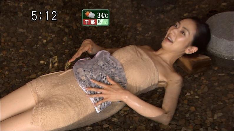 【温泉キャプ画像】ポロリ率高めな温泉レポ!巨乳はみ出し過ぎて乳輪見えそうww 21