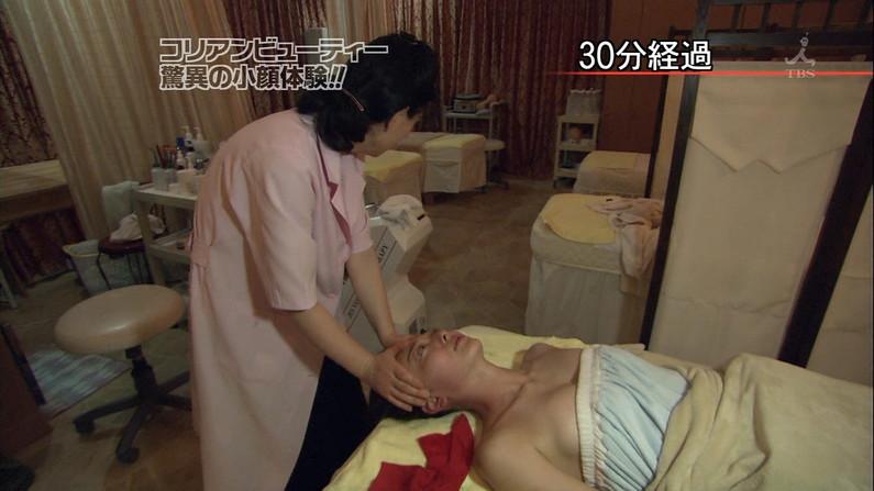 【エステキャプ画像】テレビでエステ受けてる女性のオッパイエロすぎるだろww 11