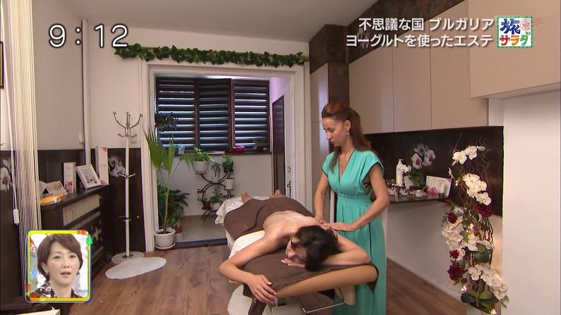 【エステキャプ画像】テレビでエステ受けてる女性のオッパイエロすぎるだろww 14