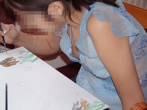 【ぽろり画像】ちょいと、ゆるゆるな胸元から見えてるのは乳首じゃないですかw 03