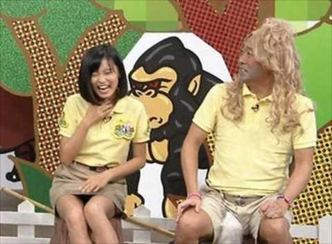 【放送事故画像】スカートの中が気になってテレビに集中できない!! 04