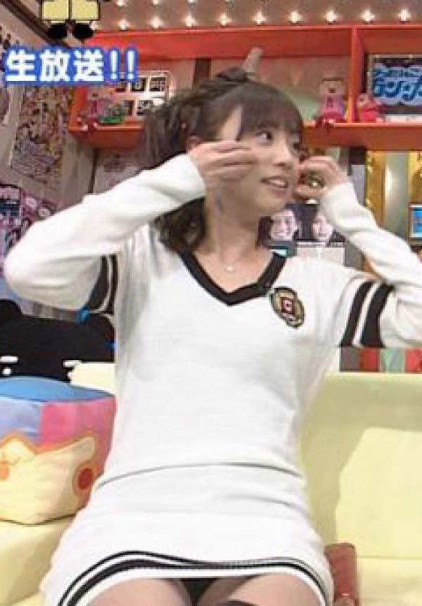 【放送事故画像】スカートの中が気になってテレビに集中できない!! 08