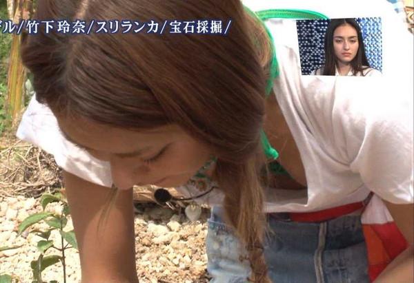 【放送事故画像】テレビに映った前屈みになった時の谷間がやたらエロいww 13
