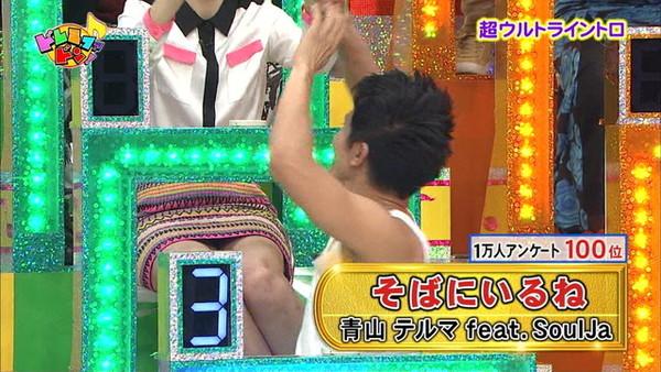 【放送事故画像】テレビ見てたら思わず目を細めて凝視してしまうスカートの中ww 10