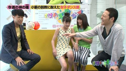 【放送事故画像】テレビ見てたら思わず目を細めて凝視してしまうスカートの中ww 13