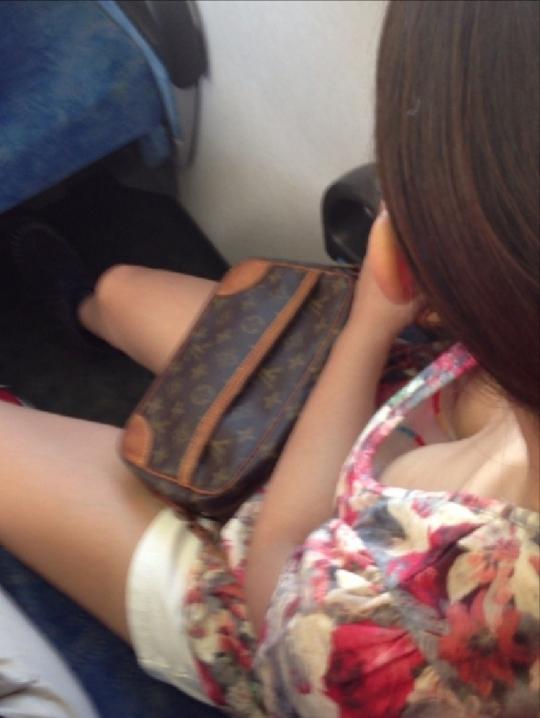 【ポロリ画像】乳首まで見えてる女の人って大概乳首立ってない?ww 07