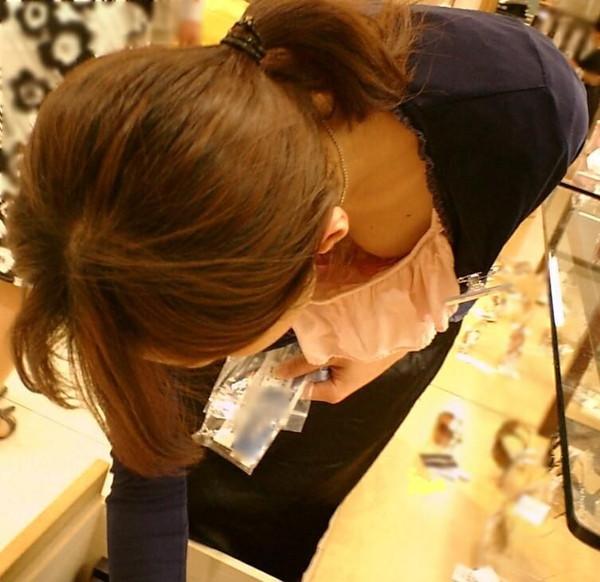 【ポロリ画像】乳首まで見えてる女の人って大概乳首立ってない?ww 14