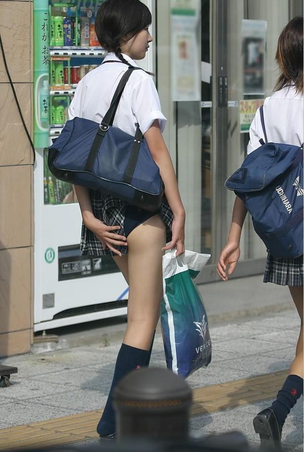 【パンチラ画像】自らの不注意でパンチラしたまま歩きまわる素人www 05