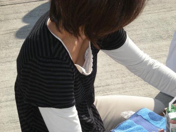 【ポロリ画像】見えてるのは谷間だけじゃないぞ、よく見ろ!乳首まで見えてるんだwww 09