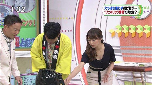 【放送事故画像】その胸元から見えてるあふれ出てる胸元にしか目線が行きませんwww 15