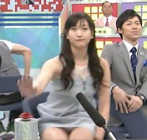 【放送事故画像】テレビに映るスカートの中をよ~く覗いて見てごらんwww 03