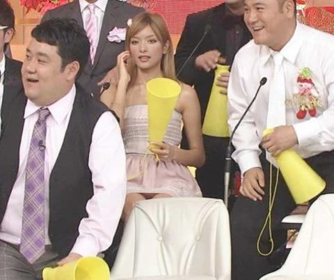【放送事故画像】テレビに映るスカートの中をよ~く覗いて見てごらんwww 14
