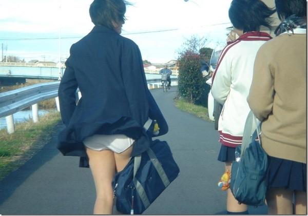 【パンチラ画像】風の通り道を歩いてたらスカートめくられちゃったwww 01