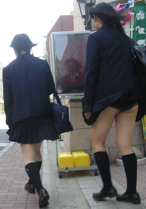 【パンチラ画像】風の通り道を歩いてたらスカートめくられちゃったwww 03