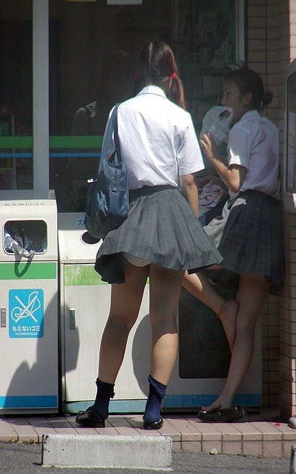 【パンチラ画像】風の通り道を歩いてたらスカートめくられちゃったwww 09