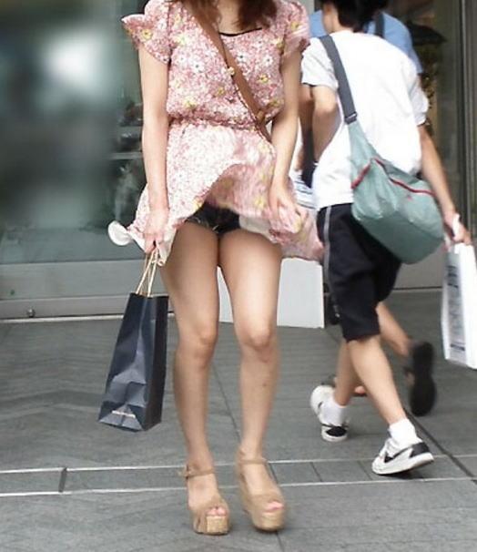 【パンチラ画像】風の通り道を歩いてたらスカートめくられちゃったwww 13