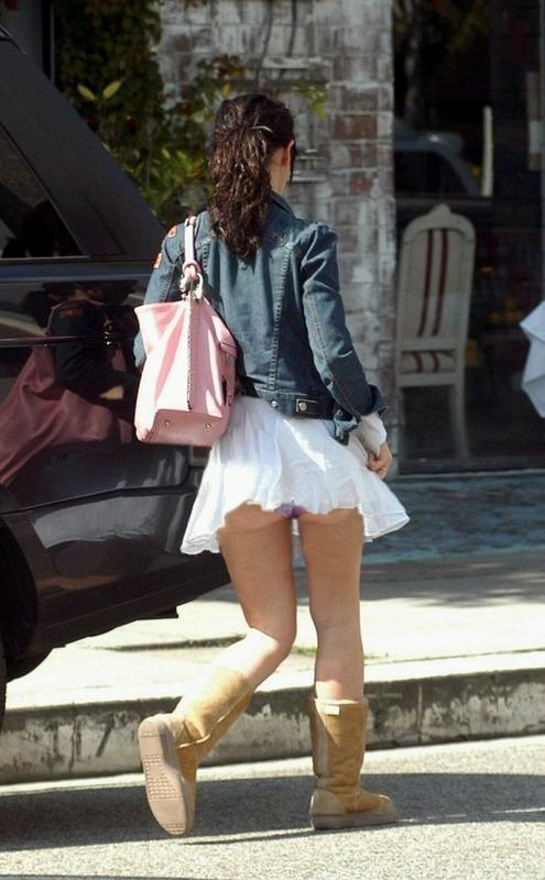 【パンチラ画像】風の通り道を歩いてたらスカートめくられちゃったwww 17