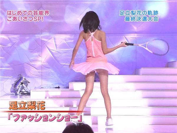 【放送事故画像】衣装でミニスカ履かされた時点でパンチラ狙われてるんだよwww 14