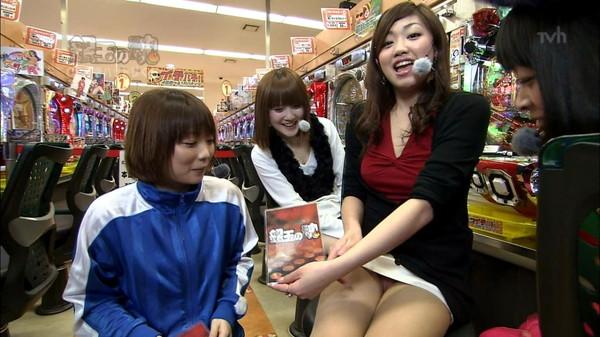 【放送事故画像】テレビでパンチラチラリズムwお前のパンツは何色だww
