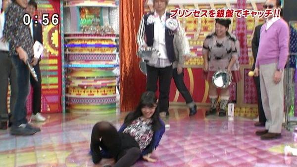 【放送事故画像】テレビでパンツが見えそうで見えない、こんな焦らされるの皆好きだろ?ww 14