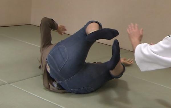 【お宝画像】テレビに映ったおもいっきりお尻鷲掴みにしてバックからハメてやりたいお尻www 15