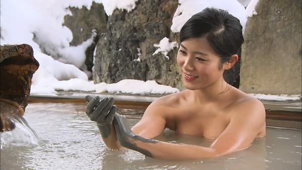 【放送事故画像】バスタオルからはみ出るオッパイが何ともそそられる入浴キャプ画像ww 01