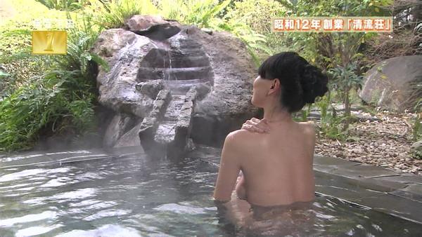 【放送事故画像】バスタオルからはみ出るオッパイが何ともそそられる入浴キャプ画像ww 03