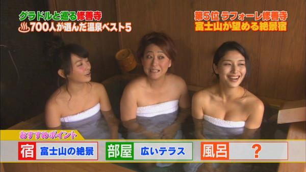 【放送事故画像】バスタオルからはみ出るオッパイが何ともそそられる入浴キャプ画像ww 09