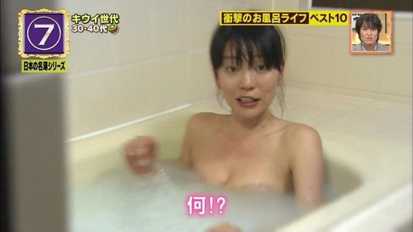 【放送事故画像】バスタオルからはみ出るオッパイが何ともそそられる入浴キャプ画像ww 17