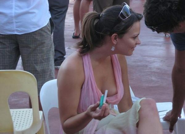 【ポロリ画像】外人さんってノーブラ率高くね?ってことは必然的に乳首ポロリしちゃうよなww 08