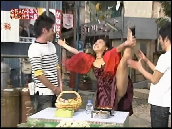 【放送事故画像】テレビで大開脚!あわやマンちらか!?www 15
