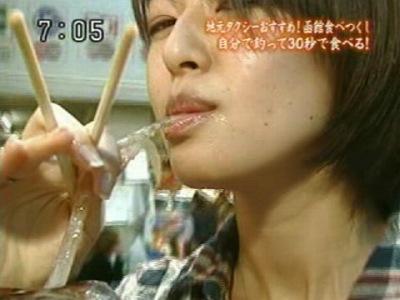 【放送事故画像】エロい顔しながらフェラ好きそうな食べ方してる疑似フェラ画像だよwww 13