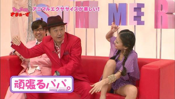 【放送事故画像】テレビでもお構いなしに股を広げてパンツ見せちゃう女達www 08