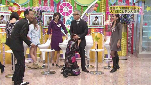 【放送事故画像】テレビでもお構いなしに股を広げてパンツ見せちゃう女達www 15