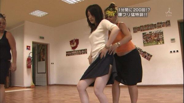 【放送事故画像】テレビでもお構いなしに股を広げてパンツ見せちゃう女達www 17