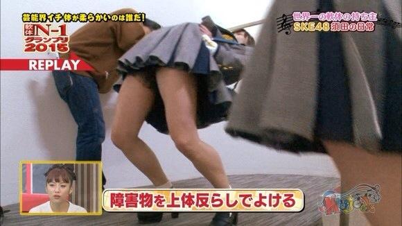 【放送事故画像】テレビでもお構いなしに股を広げてパンツ見せちゃう女達www 18
