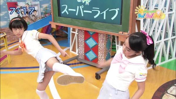 【放送事故画像】テレビでもお構いなしに股を広げてパンツ見せちゃう女達www 21
