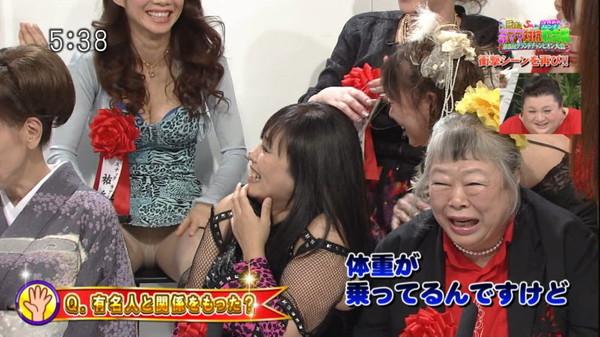 【放送事故画像】テレビでもお構いなしに股を広げてパンツ見せちゃう女達www 23